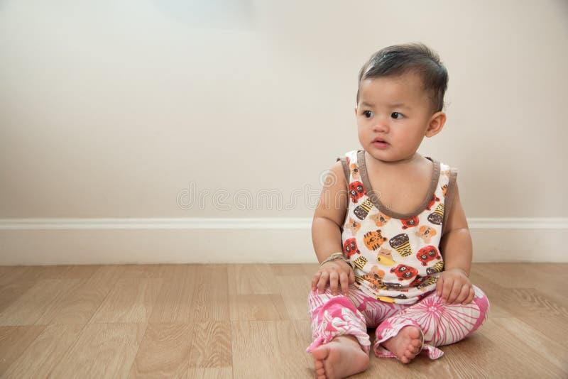 Милое усаживание младенца стоковое изображение