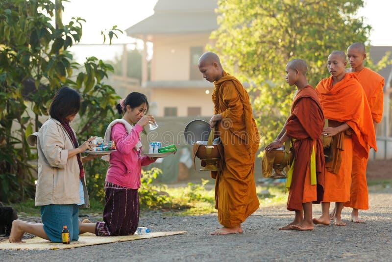Милостыни утра буддийских монахов стоковая фотография rf