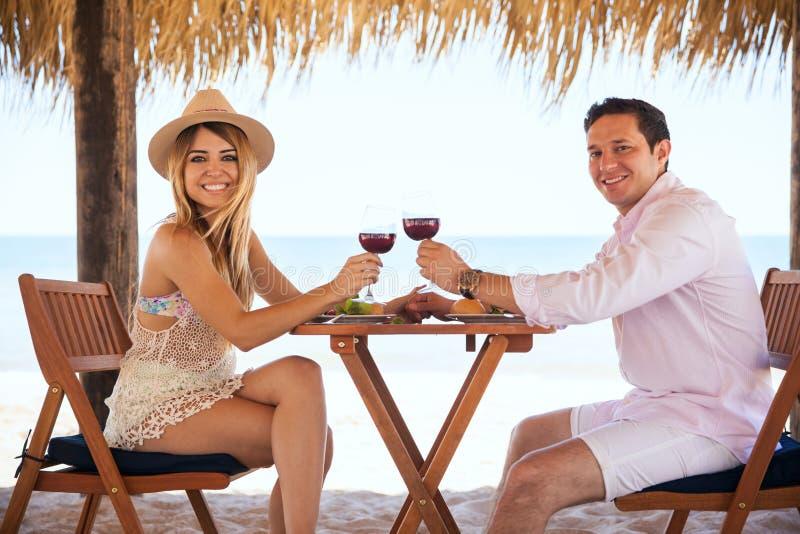 Милые латинские пары наслаждаясь их медовым месяцем стоковая фотография rf