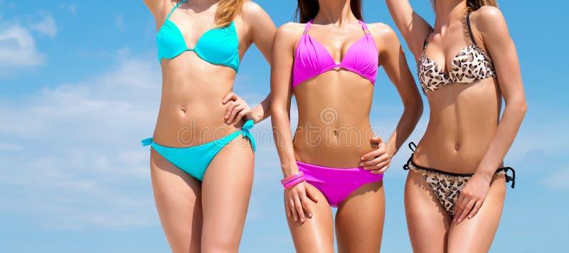 Милые девушки на пляже стоковое изображение