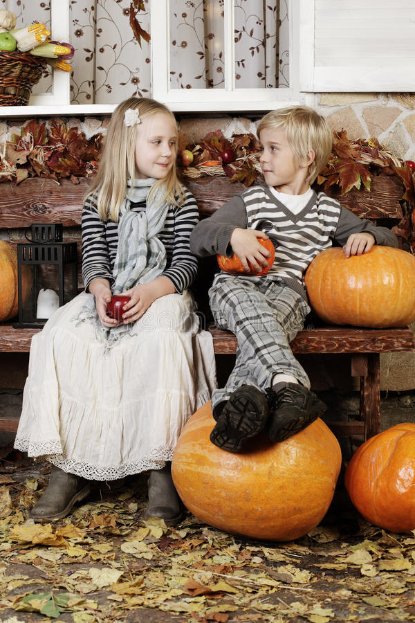 Милые дети, девушка и мальчик стоковая фотография