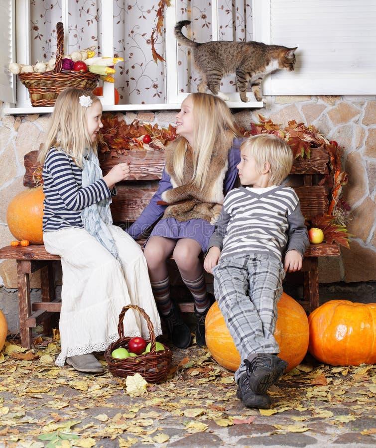 Милые дети шепча - приятельство стоковое изображение rf