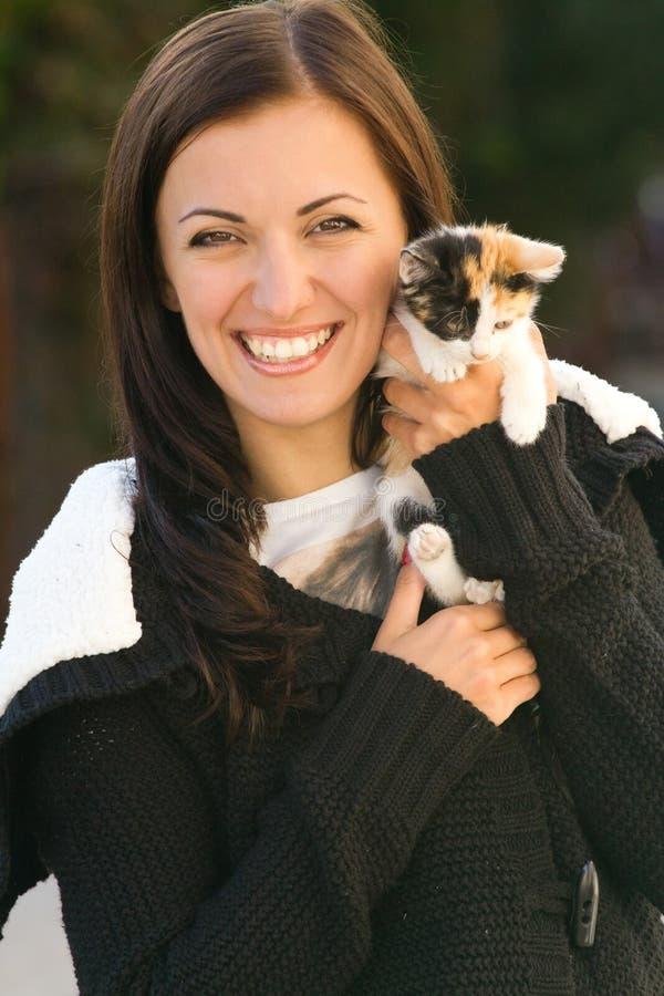 Милые женщина и кот стоковые фото