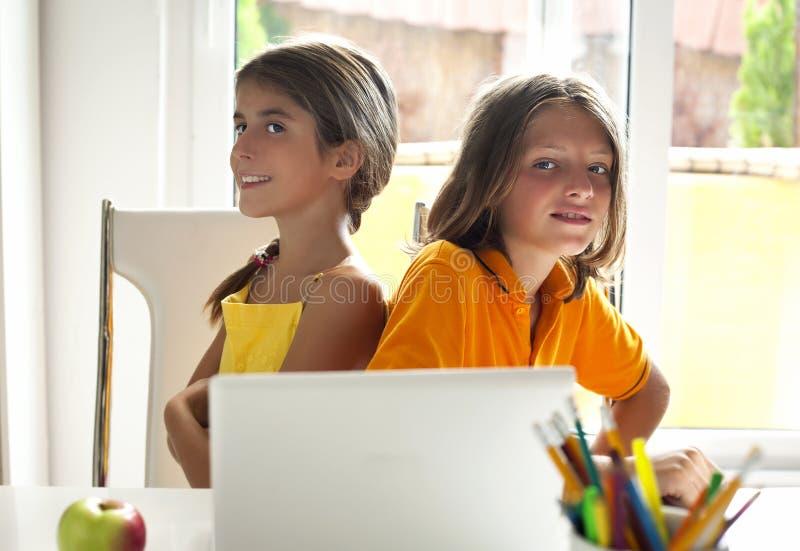 Милые зрачки в классе компьютера стоковая фотография