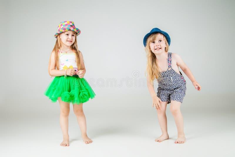 Милые маленькие девочки на белой предпосылке стоковые фотографии rf