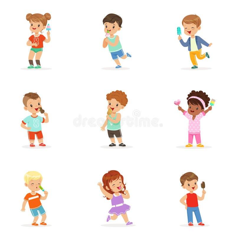 Милые маленькие дети есть мороженое Счастливые дети наслаждаясь едой с их мороженым Красочное шаржа детальное бесплатная иллюстрация