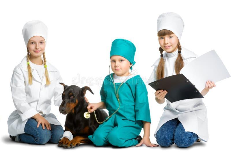 Милые маленькие дети одели как обработанный доктор стоковые изображения rf