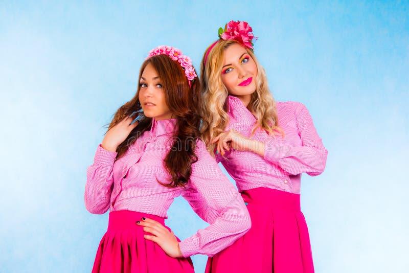 Милые молодые женщины в розовые одежды стоковое фото