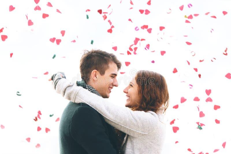 Милые молодые пары в влюбленности, падать сердец стоковые фотографии rf