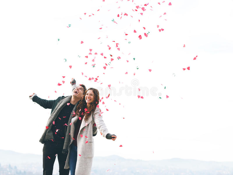 Милые молодые пары в влюбленности, падать сердец стоковые изображения rf