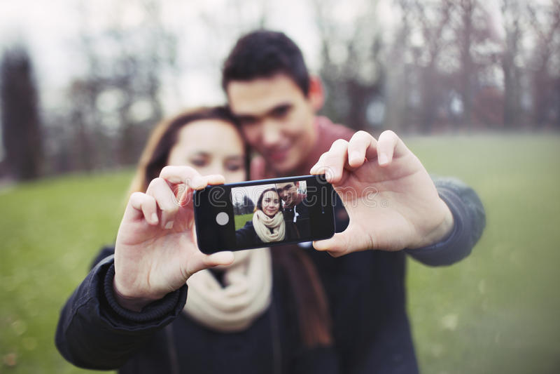 Download Милые молодые пары принимая автопортрет Стоковое Фото - изображение насчитывающей камера, передвижно: 37925916