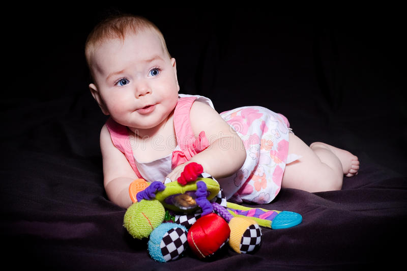 Милые младенец и игрушка стоковое изображение rf