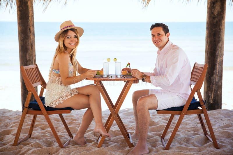 Милые пары в романтичной дате на пляже стоковые изображения