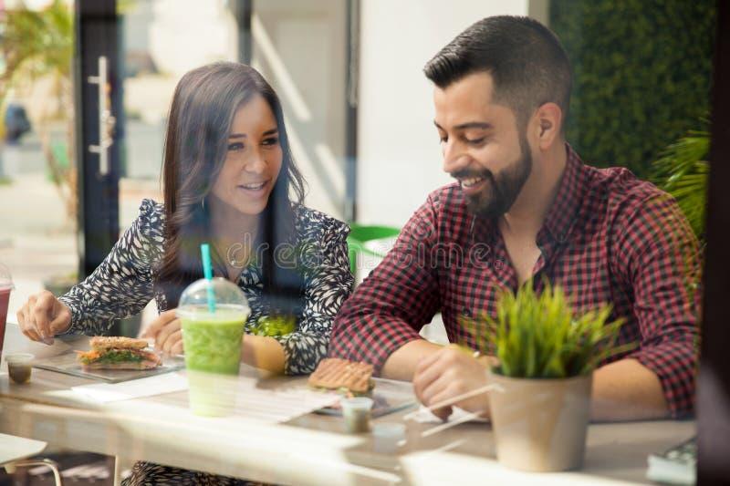 Милые пары есть обед стоковое изображение
