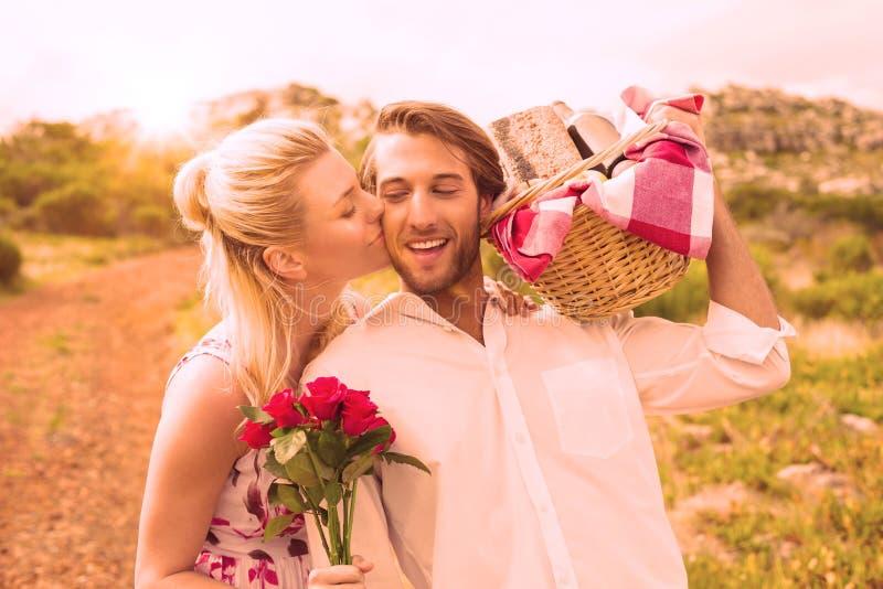 Милые пары идя для пикника с щекой парней женщины целуя иллюстрация вектора
