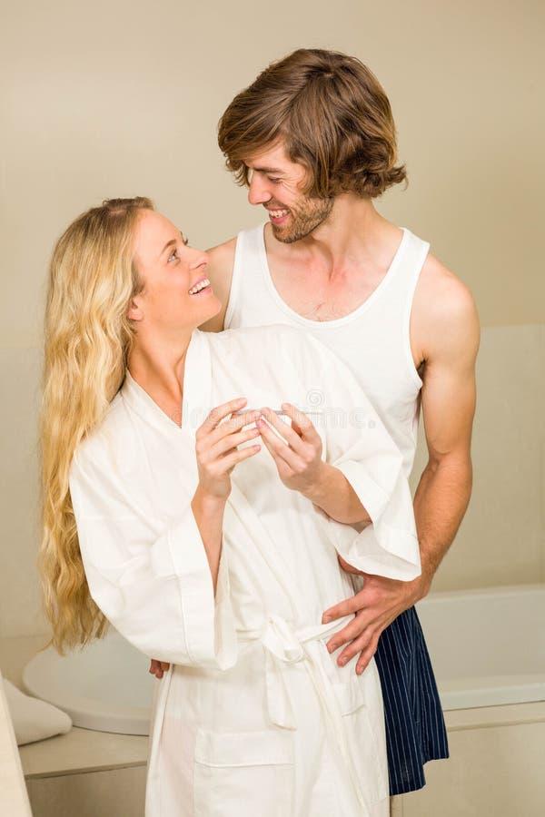Милые пары счастливые для того чтобы увидеть положительный тест на беременность стоковое фото rf