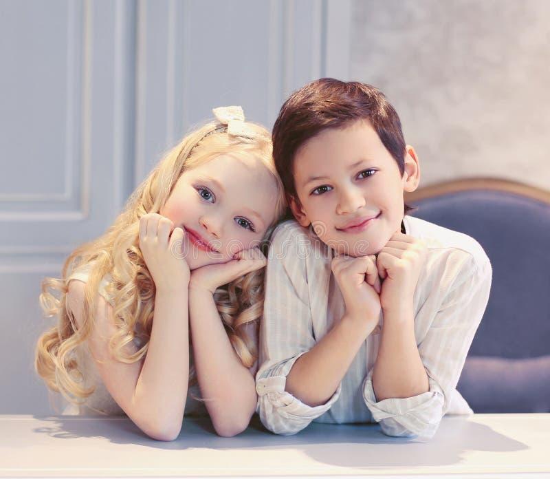 Милые счастливые дети мальчик и девушка стоковые изображения rf