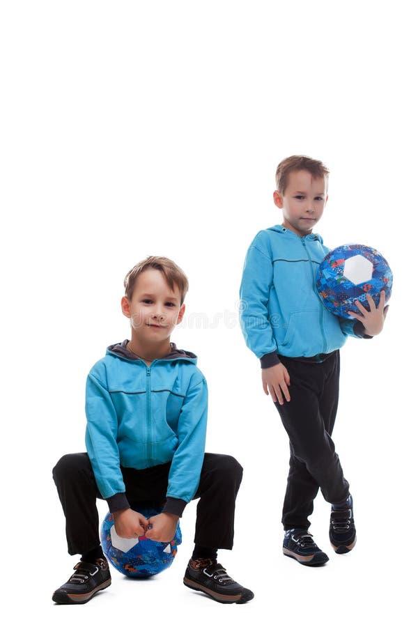Милые sporty брат-близнецы на белизне стоковая фотография rf