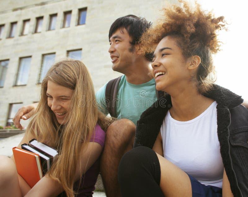 Download Милые Teenages группы на здании университета Стоковое Фото - изображение насчитывающей разнообразность, портрет: 41651170