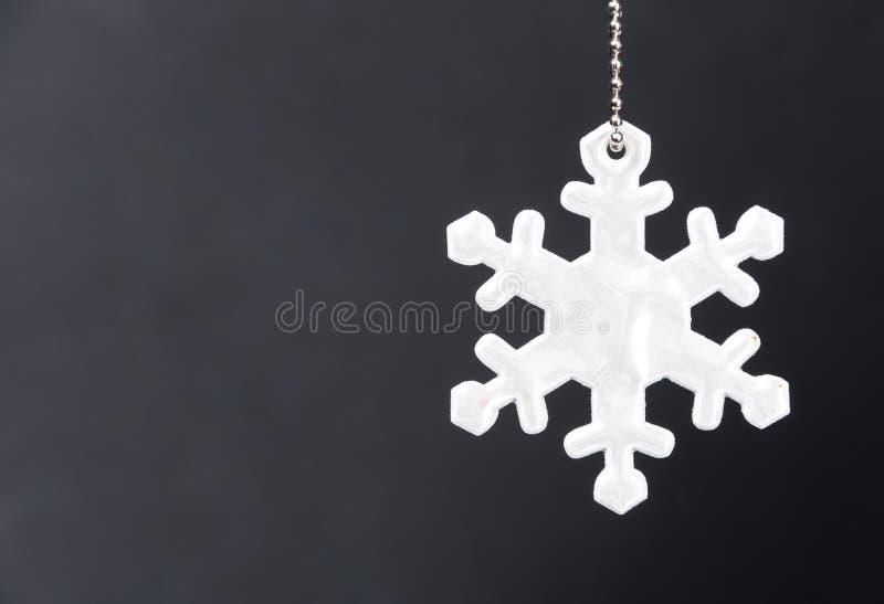 Download Милый белый рефлектор безопасности в форме снежинок на черной предпосылке Необходимое оборудование к пешеходам для прогулок Стоковое Изображение - изображение насчитывающей рефлектор, конструкция: 81801813