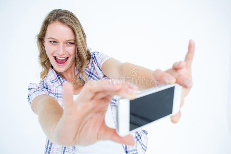 Милый битник принимая selfie с smartphone стоковые фото