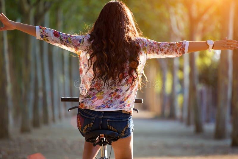Милый велосипед катания маленькой девочки в лесе стоковое изображение rf