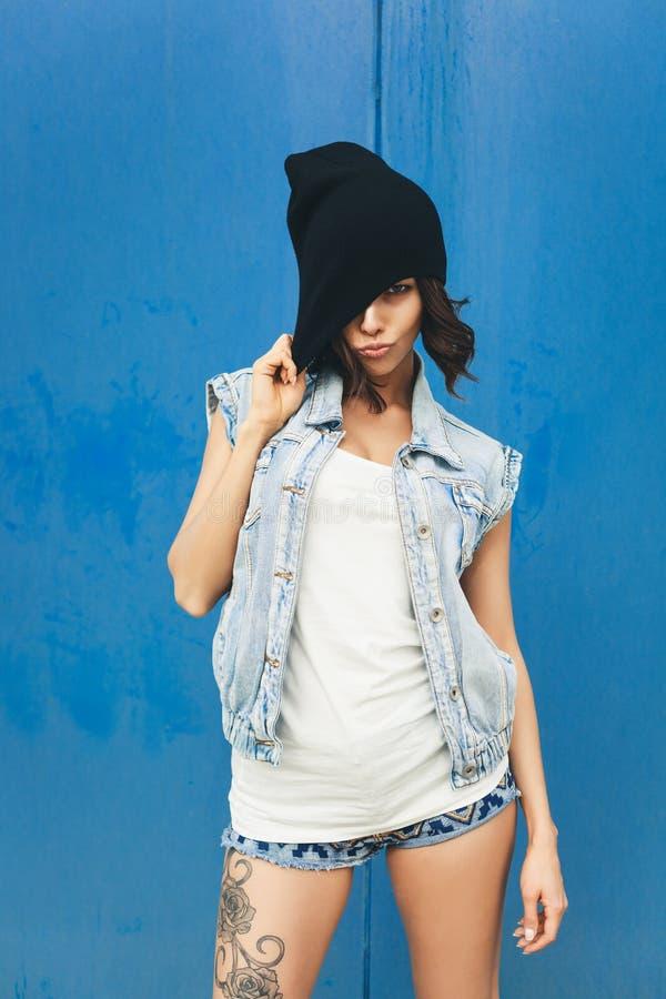 Милый девочка-подросток битника с черной шляпой beanie стоковые фото