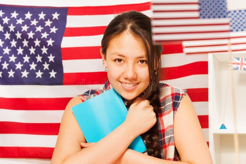 Милый девочка-подросток с книгами изучая английский язык стоковые изображения rf