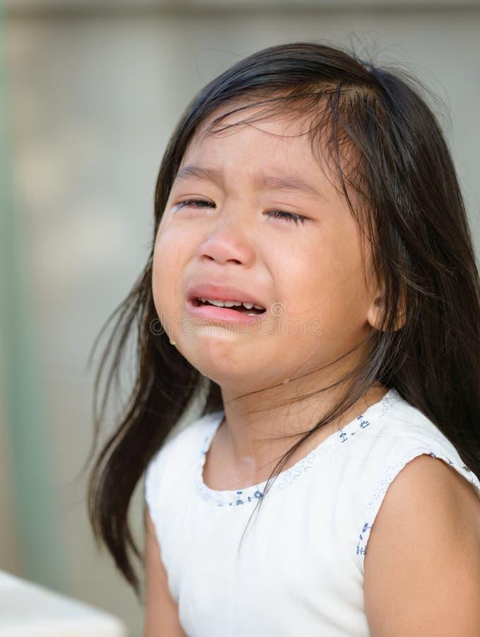 Милый маленький азиатский плакать девушки стоковое фото