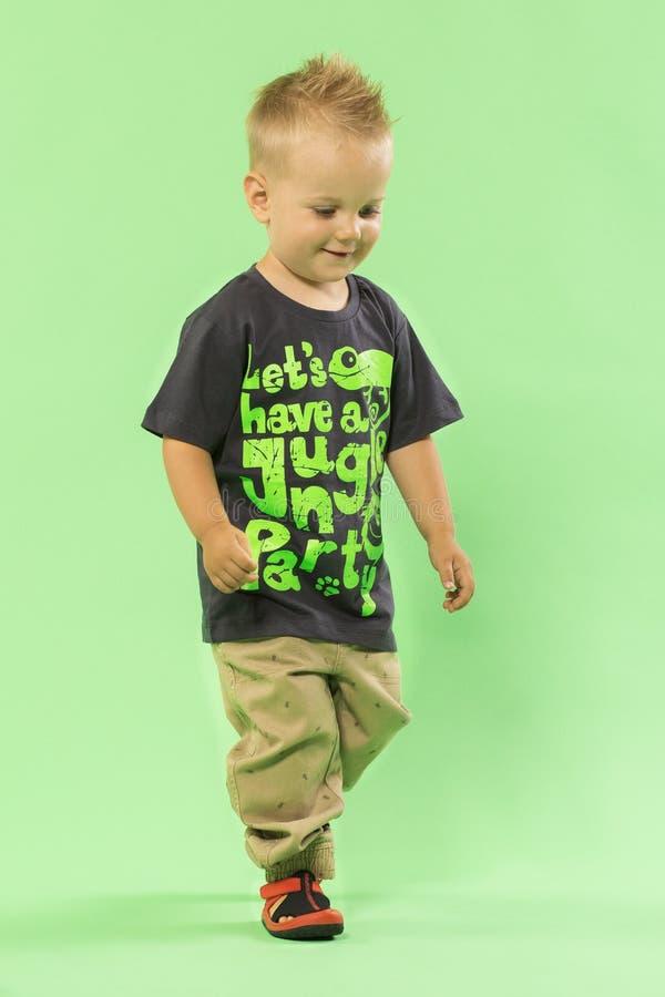Милый маленький белокурый идти мальчика стоковое изображение