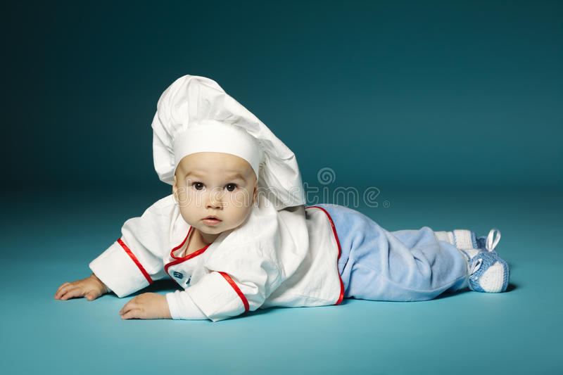 Милый маленький младенец с шляпой шеф-повара стоковая фотография