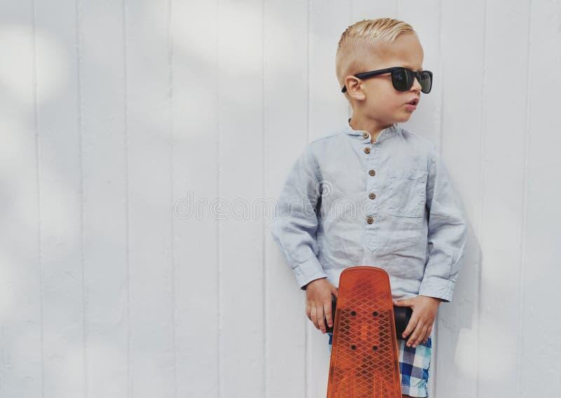 Милый маленький парень в больших ультрамодных солнечных очках стоковая фотография rf