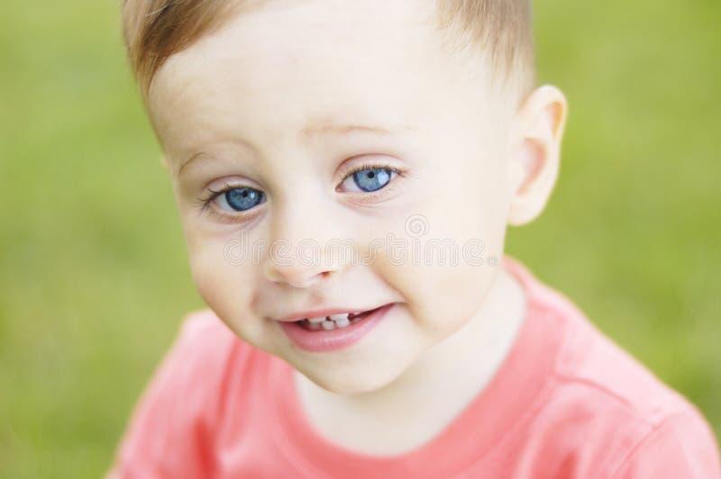 Download Милый малый мальчик на каникулах Стоковое Фото - изображение насчитывающей мало, немного: 41662016