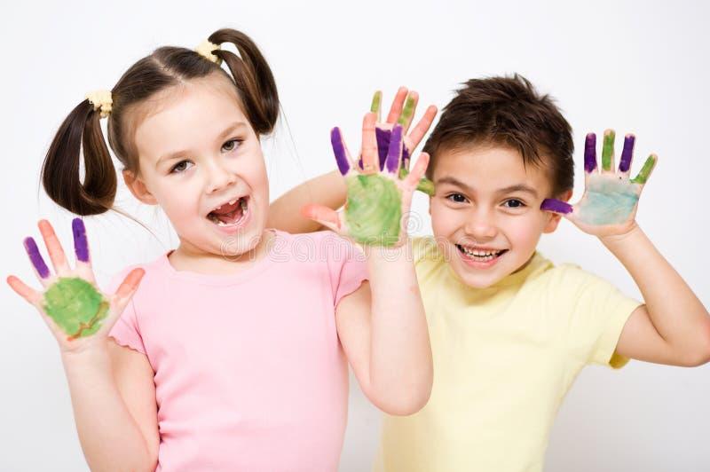 Download Милый мальчик и девушка играя с красками Стоковое Фото - изображение насчитывающей руки, lifestyle: 37925620