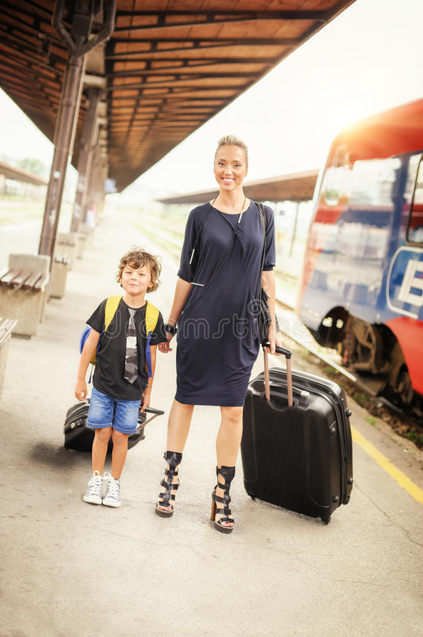 Милый мальчик и мать на железнодорожном вокзале стоковое изображение rf