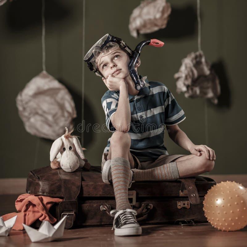 Милый мальчик мечтая о подныривании стоковые фотографии rf