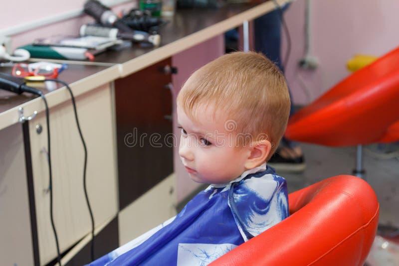 Милый мальчик на парикмахерскае стоковая фотография