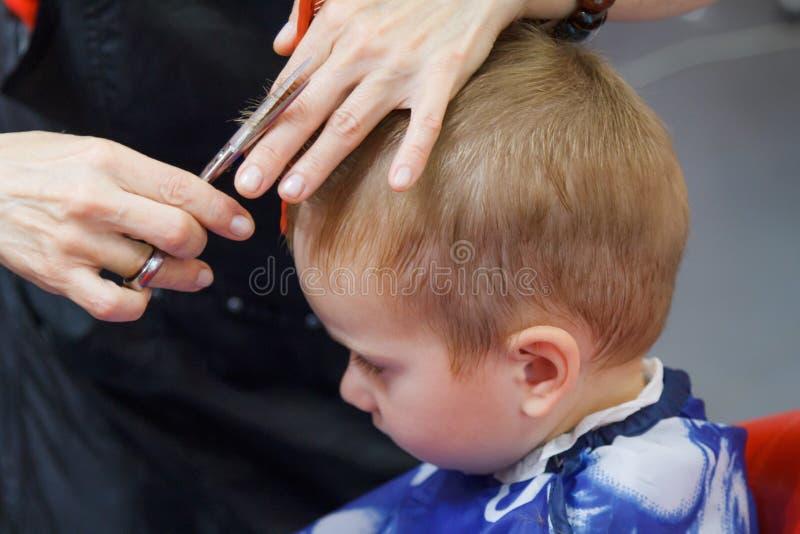 Милый мальчик на парикмахерскае стоковые изображения rf