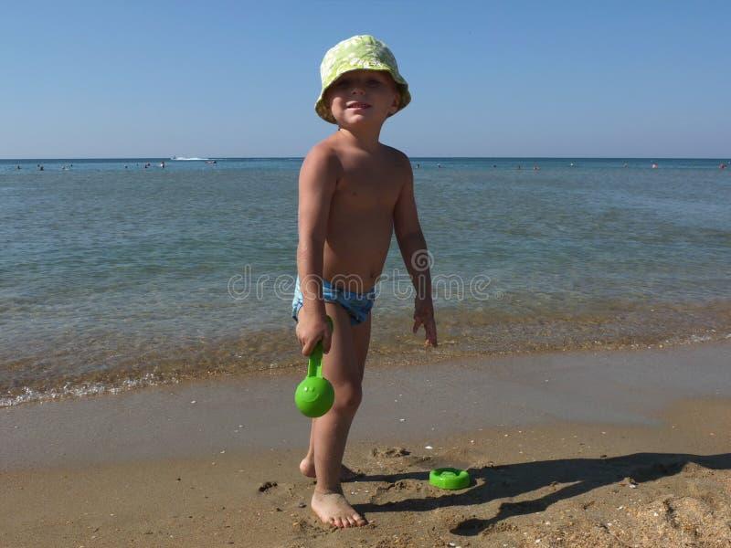 Милый мальчик на пляже стоковые изображения