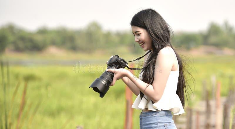 Милый молодой женский фотограф стоковая фотография