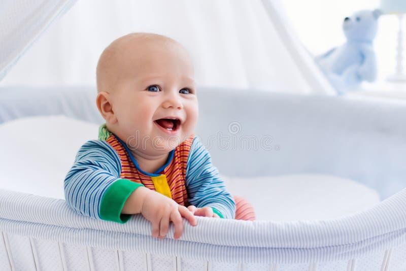 Милый младенец в белом питомнике стоковая фотография rf