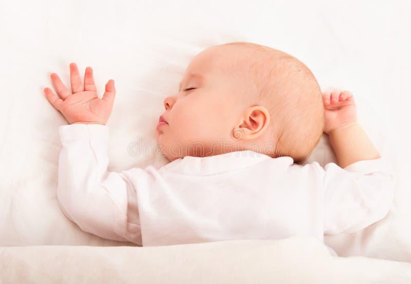 Милый младенец в кровати стоковые фото