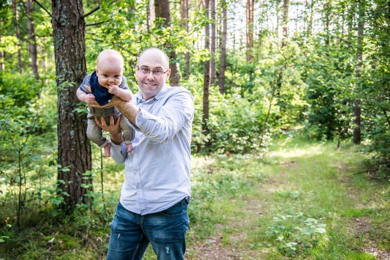 Милый младенец и смешной играть отца стоковые фотографии rf