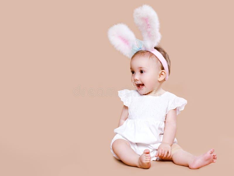 Милый младенец сидя в зайчике пасхи костюма стоковое фото rf