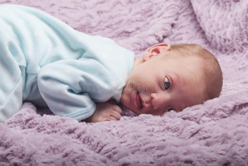 Милый младенец с озадаченным выражением стоковые фото