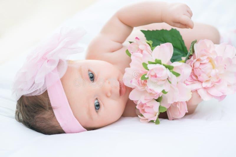 Милый младенческий лежать в кровати стоковые изображения