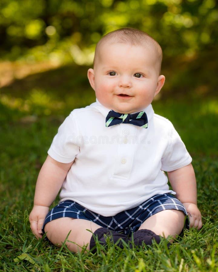 Милый младенческий ребёнок нося бабочку стоковая фотография rf