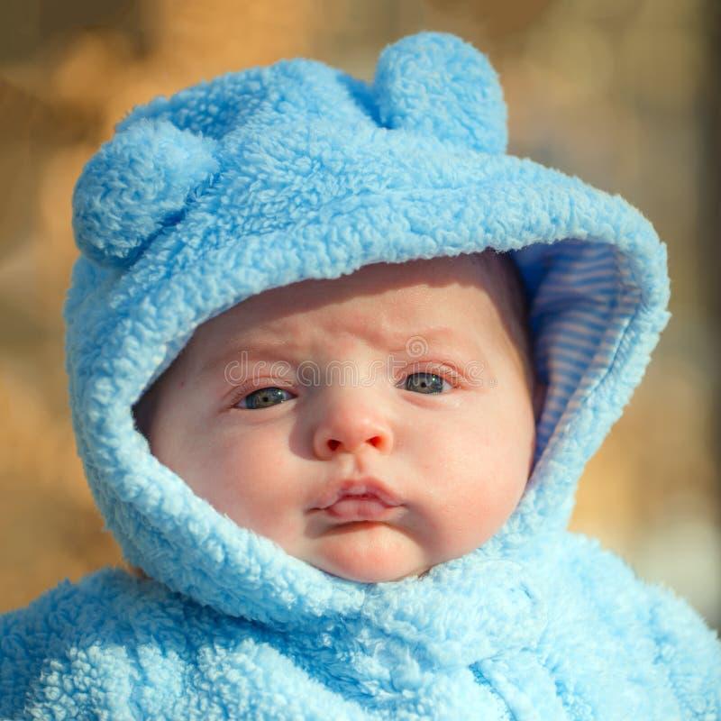 Милый младенческий ребёнок нося пушистый костюм снега стоковые изображения