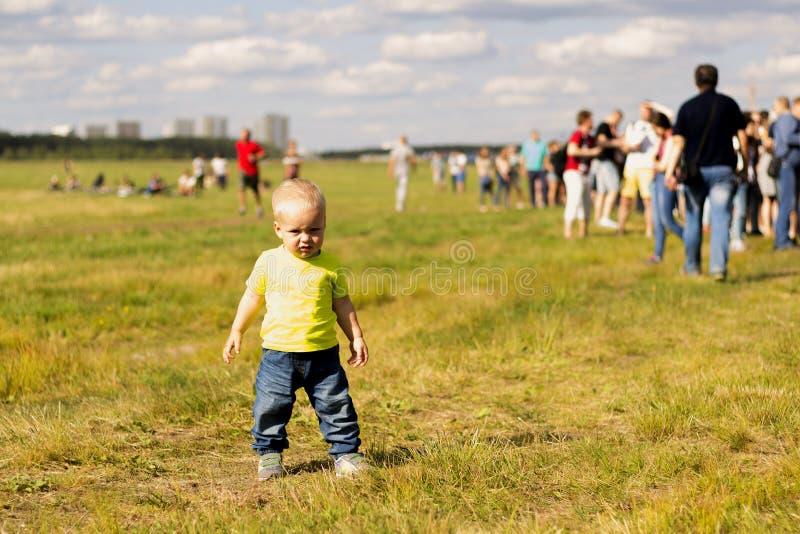 Милый один мальчик года на лужайке на фестивале лета стоковое изображение rf