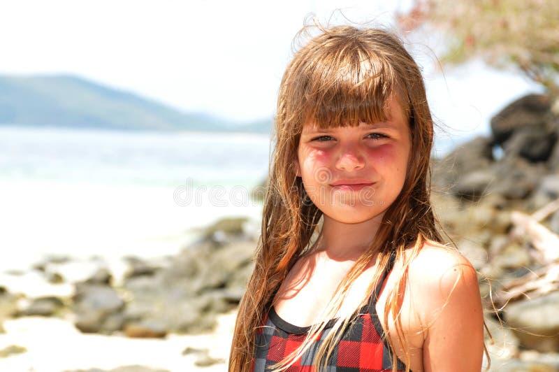 Download Милый портрет девушки смотря камеру Стоковое Изображение - изображение насчитывающей усмешка, камень: 40576229